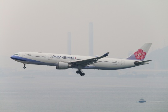 China Airlines Airbus A330-302 (B-18352) on approach to RWY25R of Hong Kong International Airport. Download: http://adf.ly/1Qg2ii