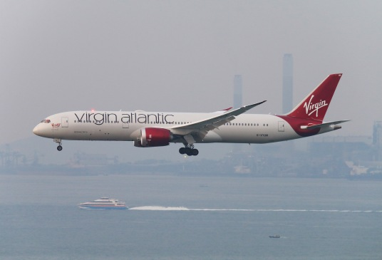Virgin Atlantic Boeing 787-9 Dreamliner (G-VYUM) on approach to RWY25R of Hong Kong International Airport. Download: http://adf.ly/1Qg8MD